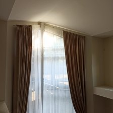 Оформление окна в гостиной. Реальная фотография.