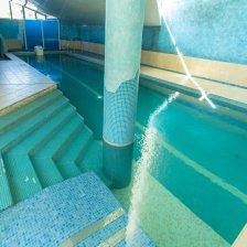 Просторный дом с большим бассейном, сауной, бильярдной, беседкой для барбекю.