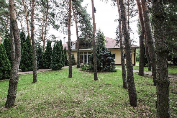 Просторный дом в окружении сосен!