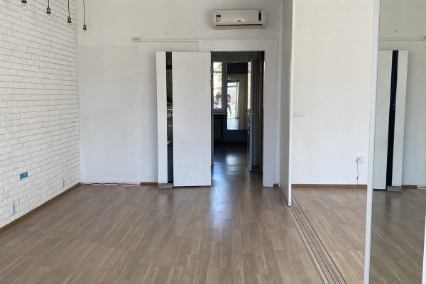 большой зал,  можно разделить на 2 помещения раздвижными дверями