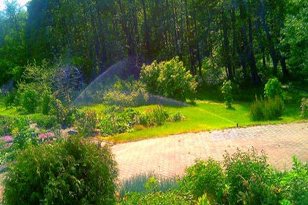 Современный коттедж для круглогодичного проживания с участком земли 1,50 га; в лесу, на берегу реки!